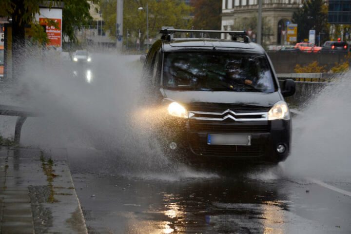 Sauwetter am Sonntagvormittag in Stuttgart. Auf der Hauptstätter Straße sammelte sich das Regenwasser.