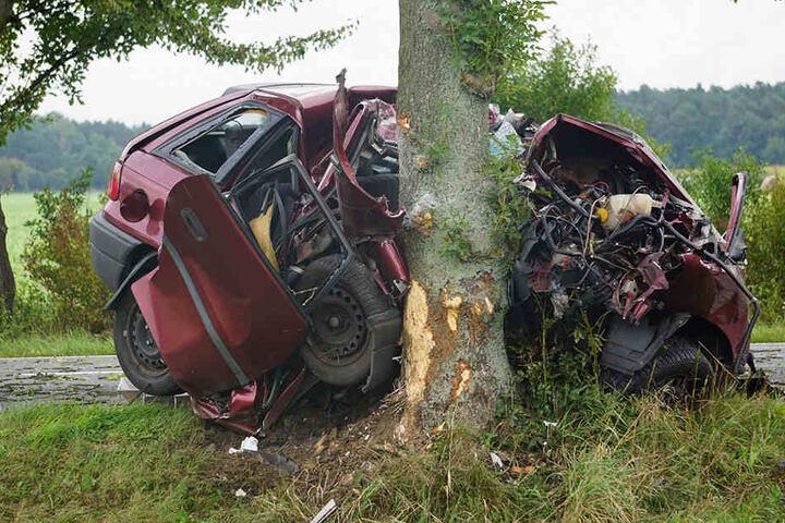 Die 52-jährige Fahrerin starb. Der Astra ist nach dem Unfall Schott.