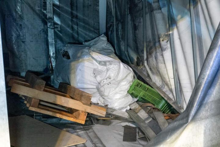 Das Guss-Teil, in weißer Verpackung, könnte sich während der Fahrt gelöst haben.