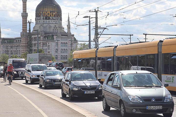 Vor allem im Feierabendverkehr staut es sich in der Dresdner City.  Mittelfristig will die Stadt die Anzahl der Autos senken.