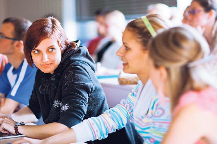 Die Weitergabe von Infos über vermeintlich missliebige Lehrer dürfe aber nicht zur Denunzierung führen, sagt der AfD-Mann. Wie das funktionieren soll - unklar.