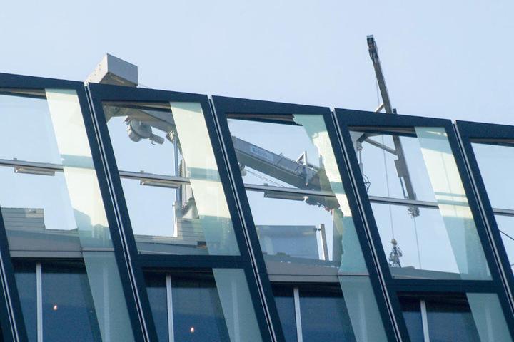 Teile einer Glasscheibe sind aus dem obersten Geschoss der Tanzenden Türme auf die Straße herabgestürzt.