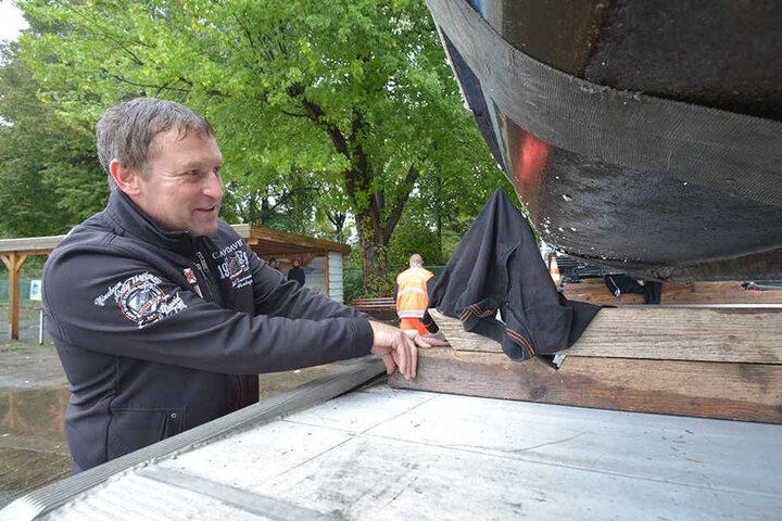 """Tschüss, Perle! Gondelchef Falko  Hirsch (43) mottet seine """"Schlossteichperle"""" ein. Erst im Frühjahr wird das Boot  wieder für den Gondelbetrieb  aufgehübscht."""