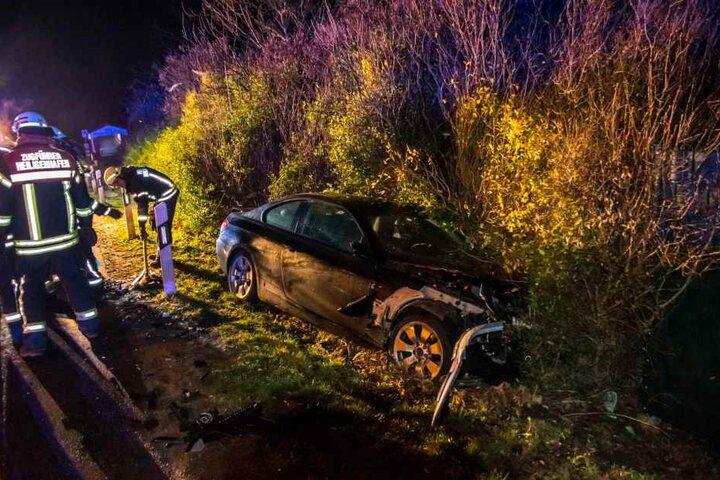 Ein zweites Unfallfahrzeug liegt in einer Böschung neben der Straße.