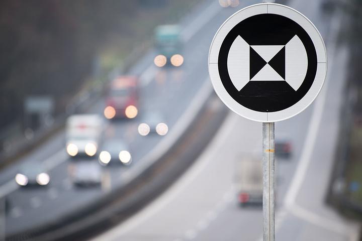 Die schwarz-weißen Schilder dienen als Orientierungspunkte für automatisch fahrende Autos.