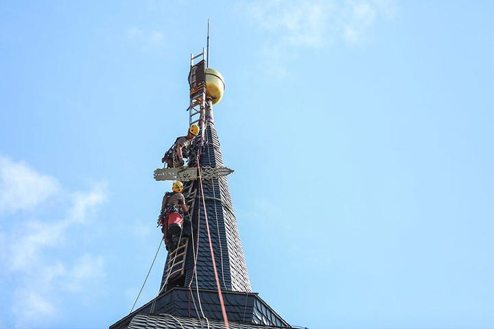 Jetzt thront die Wetterfahne wieder auf der Turmspitze über der Stadt.