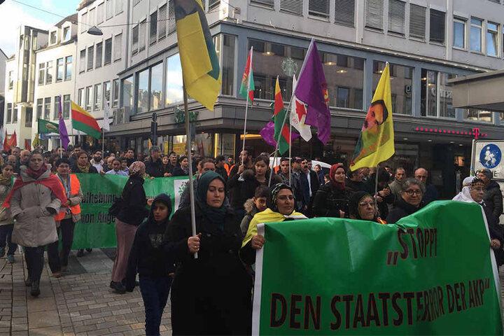 """""""Stoppt den Staatsterror der AKP"""" ist auf einem der Banner zu lesen."""