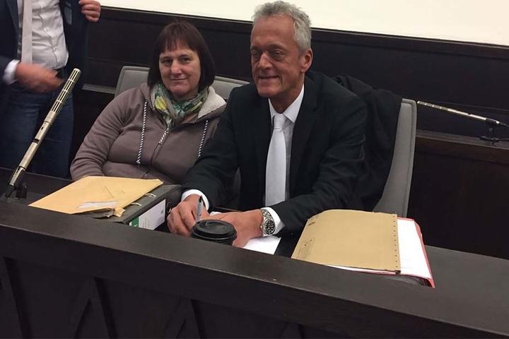 Vor Prozessbeginn lächelt Angelika W. (48) noch neben ihrem Anwalt Peter Wüller.