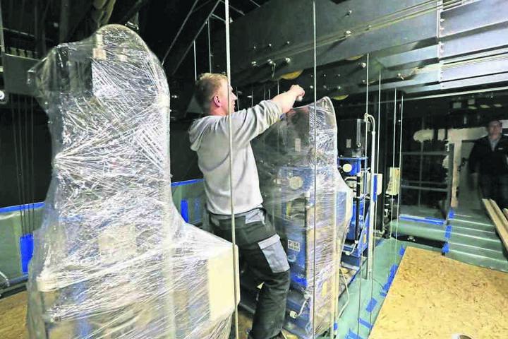 Die ursprünglich im Dachstuhl stationierte Theatertechnik wurde in den  vergangenen Tagen verpackt.