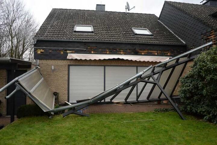 Viele Dächer wurden abgedeckt und Vorbauten zerstört.