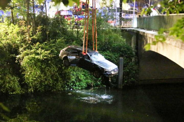 Mit einem Kranwagen holte die Berliner Feuerwehr den Audi aus dem Wasser.