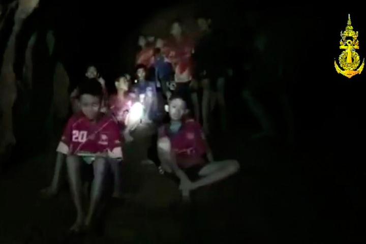 Ein Video-Standbild des Thai Navy Seal zeigt die vermissten Jugendfußballer und ihren Trainer, nachdem sie in einer Höhle gefunden wurden.