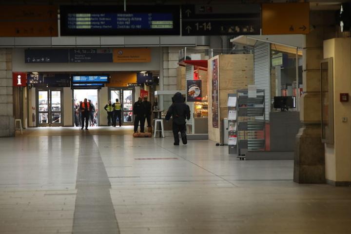 Die Polizei in der Eingangshalle.