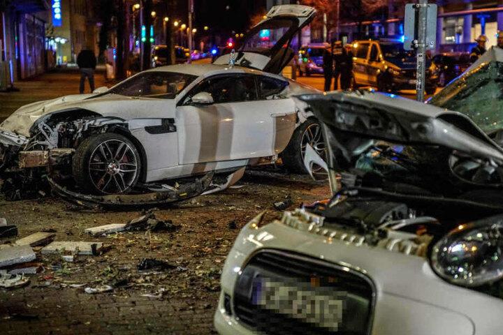 In dem Peugeot rechts saß ein junges Pärchen, das nach dem Aufprall des Jaguars sofort tot war.