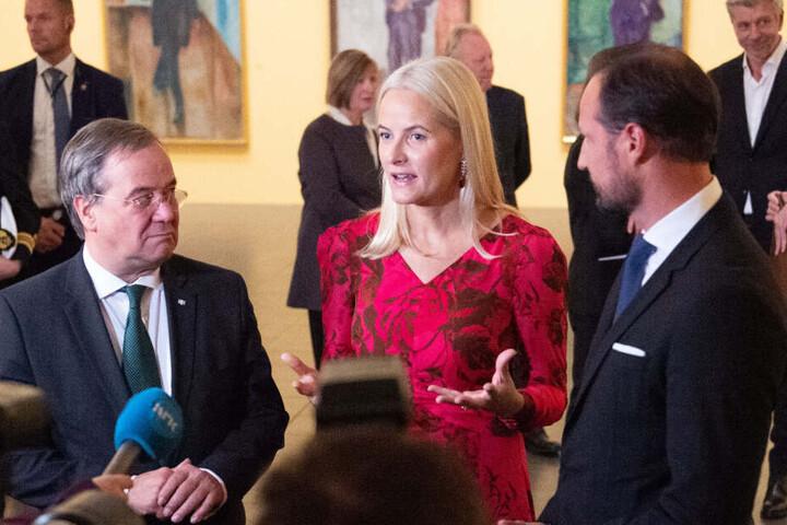 NRW-Ministerpräsident Armin Laschet (CDU, l) steht neben Kronprinzessin Mette-Marit und Kronprinz Haakon von Norwegen in der Ausstellung zu Edvard Munch bei einem Interview.