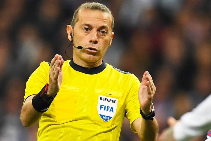 Auch Schiedsrichter Cüneyt Cakir zeigt es an: Handspiel!