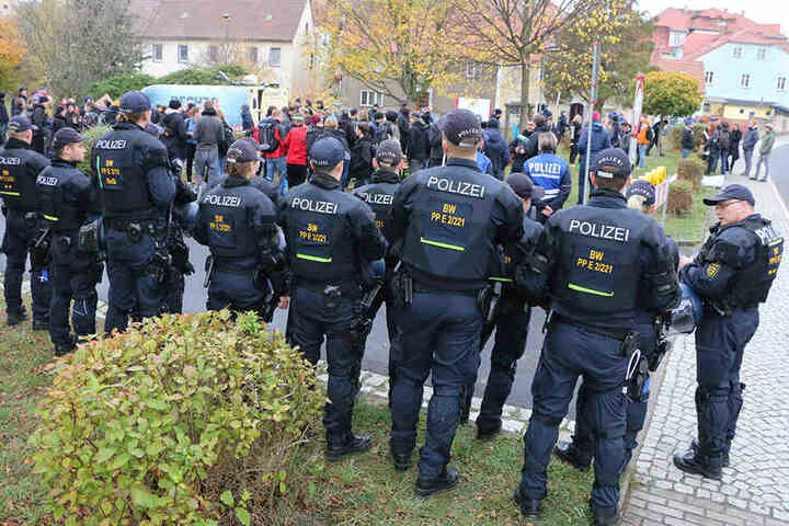 """Massive Polizeipräsenz gehört gleichfalls zum """"Schild & Schwert""""-Festival."""