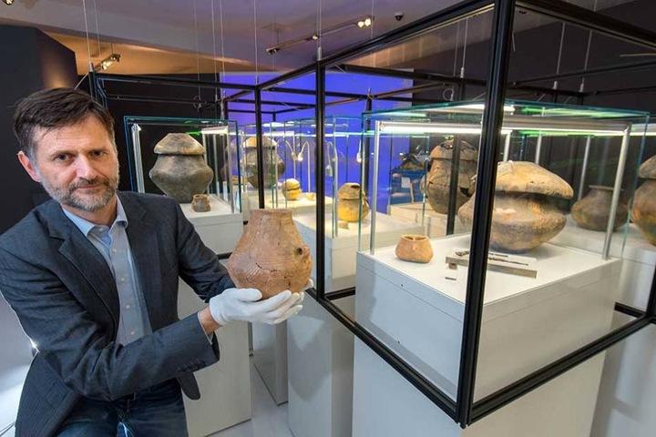 Jens Beutmann (48) vom smac mit einer Urne, die in Niederkaina gefunden wurde.