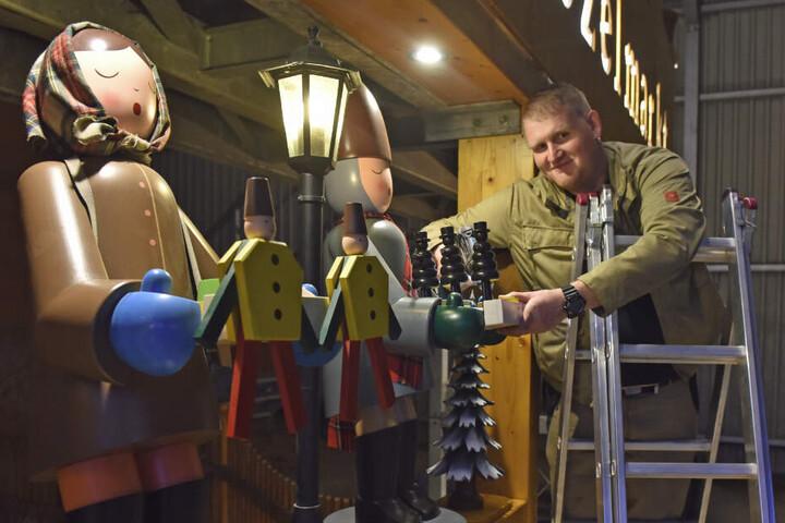Tobias Fritzsch (39) montiert eine der Striezelfiguren für den Dresdner Striezelmarkt.