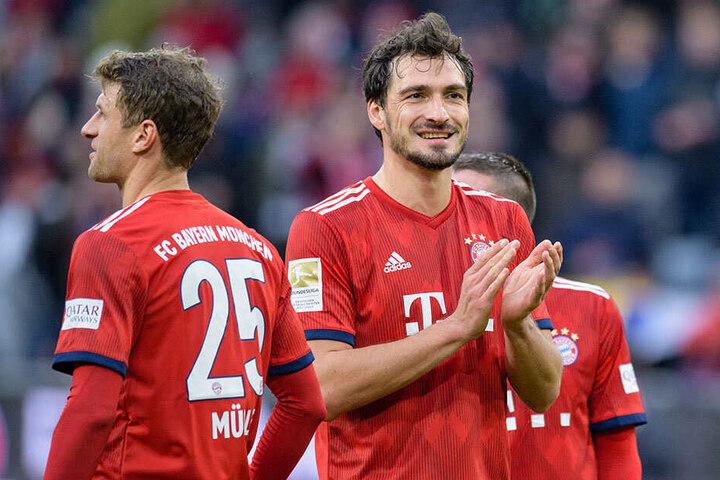 Innenverteidiger Mats Hummels (30, r.) im roten Trikot des FC Bayern München.
