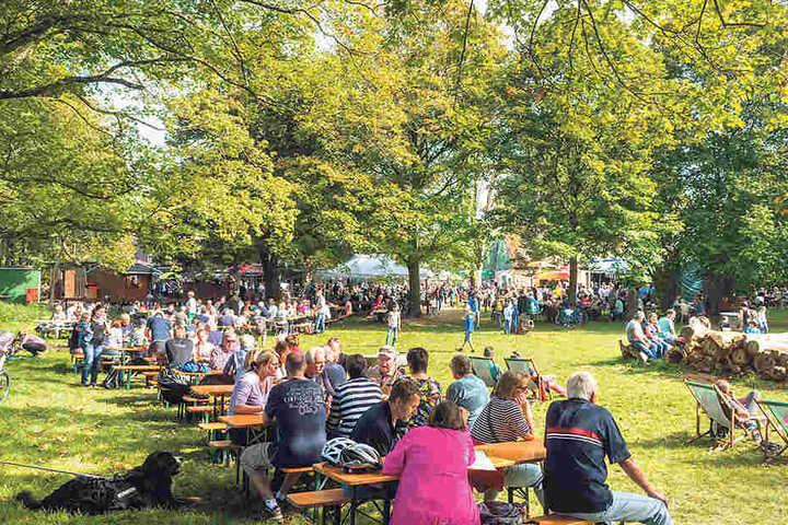 """Zum """"Oktoberfest"""" auf der Hofewiese  war kaum ein Platz frei."""