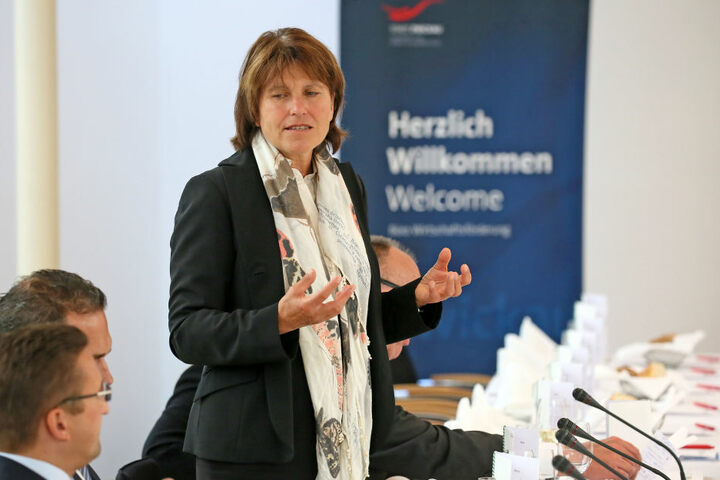 Zwickaus Oberbürgermeisterin Pia Findeiß (60, SPD) referiert vor Diplomaten  in Berlin.