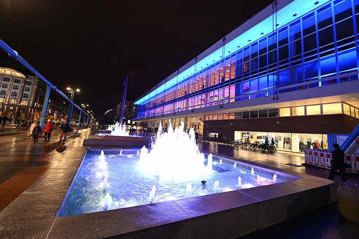 Der von außen illuminierte Kulturpalast am Samstagabend.