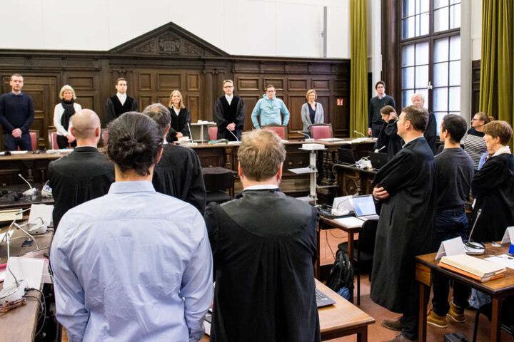 Fünf Angeklagte müssen sich vor dem Hamburger Landgericht wegen der Krawalle an der Elbchaussee während des G20-Gipfels verantworten.