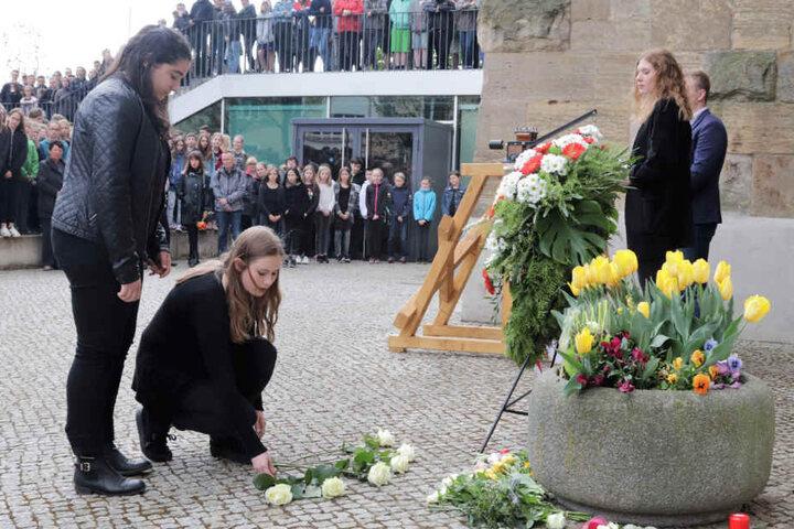 Schüler legten Blumen für die Opfer nieder.