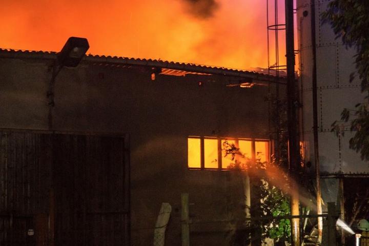 Meterhoch loderten die Flammen aus dem Dach der Scheune in Berthelsdorf