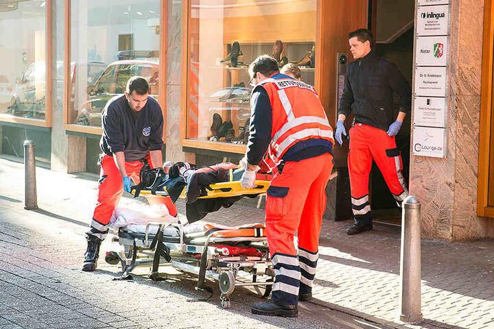 Das Opfer wurde schwer verletzt und vom Notarzt lange am Tatort versorgt.