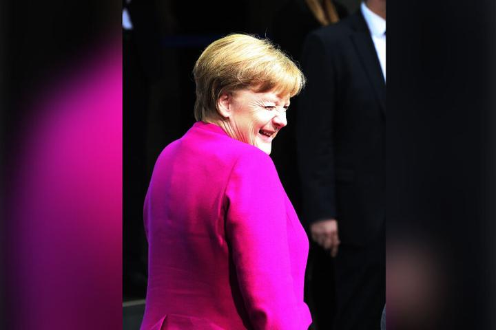 Bundeskanzlerin Angela Merkel (CDU) lacht vor der Unterzeichnung des Koalitionsvertrages im vergangenen Jahr in die Kameras.