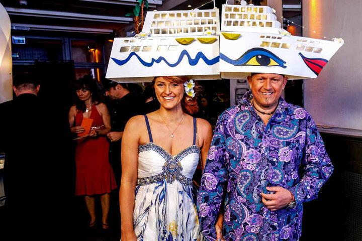 """Drei Tage bastelte Susanne Stolzenberger (34) an den großen  Kreuzfahrtschiff-Hüten. """"Ich war leider keine Hilfe"""", so Ehemann Torsten (46).  Auf der richtigen AIDA haben die beiden noch nie Urlaub gemacht. Gestern Nacht  nur darunter..."""