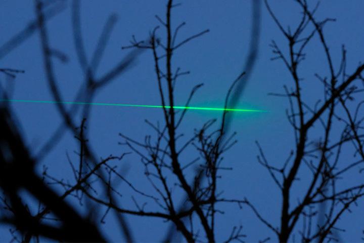 Etwas mysteriös wirkt der grell-grüne Laserstrahl über Leipzig aber schon!