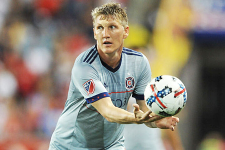 Der Kicker schenkte der SG Buna Halle ein handsigniertes Trikot.