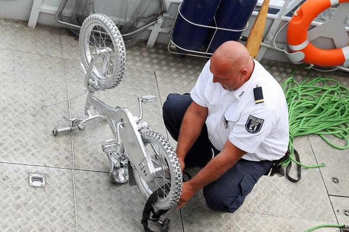 Das silberne Rad wieder auf dem (Schiffsboden).