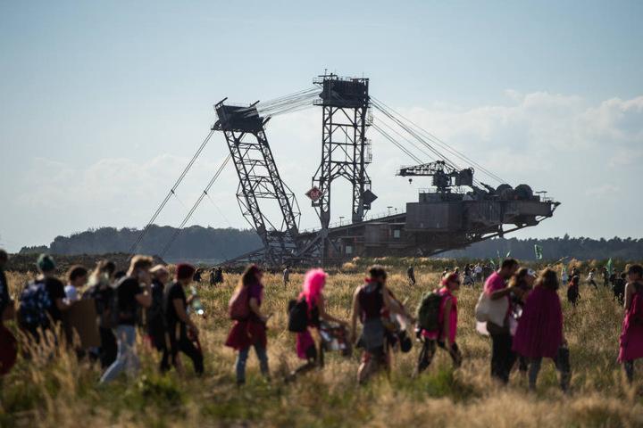 Bei der Großdemo am Samstag waren Aktivisten an die Abbruchkante des Braunkohletagebaus gegangen.