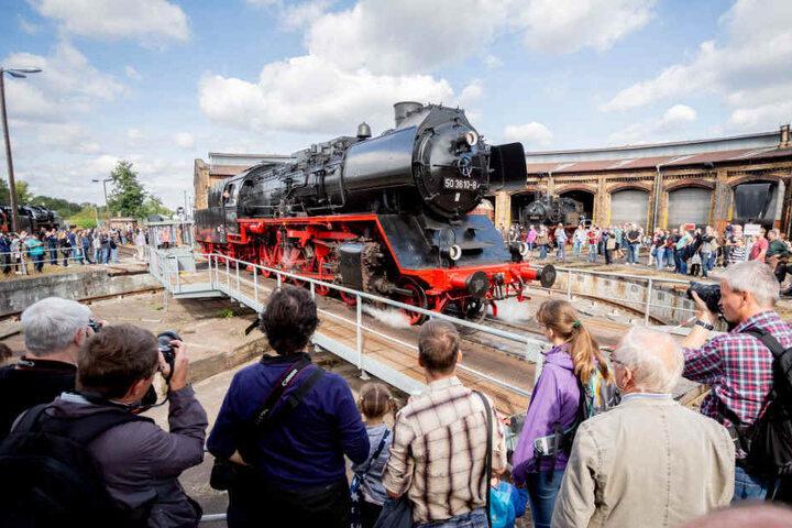Eine Dampflokomotive der Baureihe 50 (Einheitslokomotive der Deutschen Reichsbahn) steht beim 15. Berliner Eisenbahnfest im Bahnbetriebswerk Schöneweide auf der Drehscheibe vor dem Ringlokschuppen.