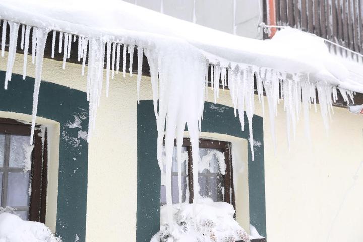 Dicke Eiszapfen in Oberwiesenthal deuten auf eisige Temperaturen hin.