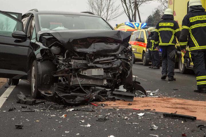 Bei dem heftigen Crash wurden vier Personen verletzt.