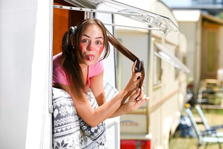 Talina guckt frech aus ihrem eigenen Wohnwagen heraus. Auch privat sitzt ihr der Schalk im Nacken.