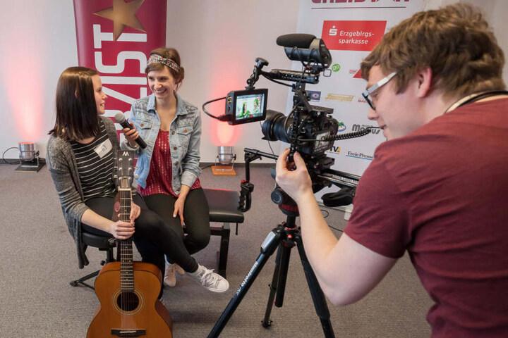 Für die Bewerber ging es auch gleich vor die Kamera. Marie Schulz (16) musste Rede und Antwort stehen.