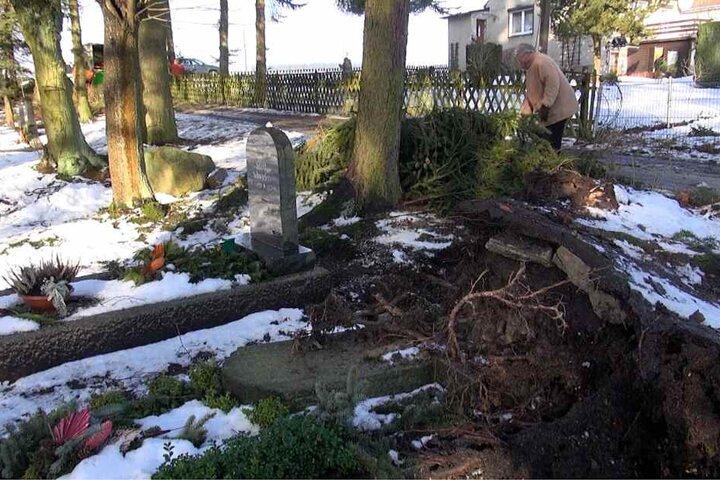 Zahlreiche Gräber wurden beschädigt, Grabsteine gingen zu Bruch.