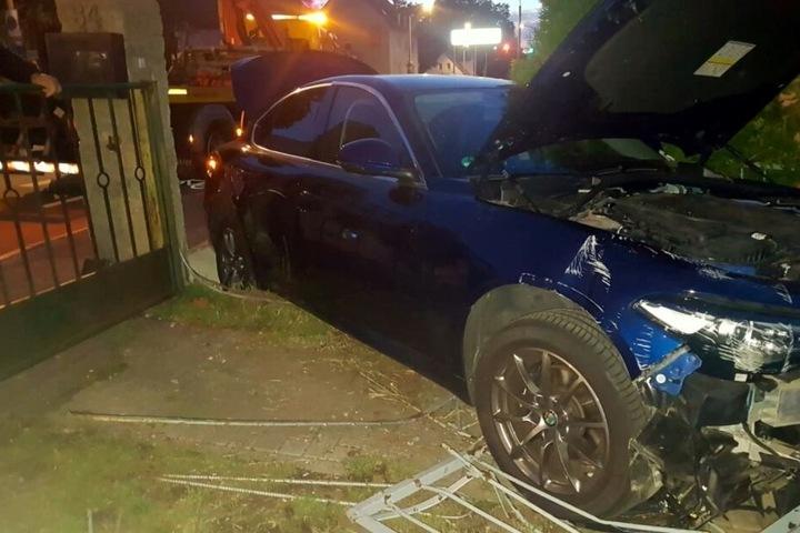 Das Auto durchbrach den Zaun und kam auf einem Grundstück zum Stehen.