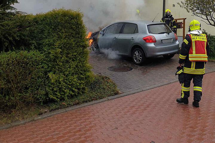 Als die Feuerwehr eintraf schlugen Flammen aus dem Motorraum.