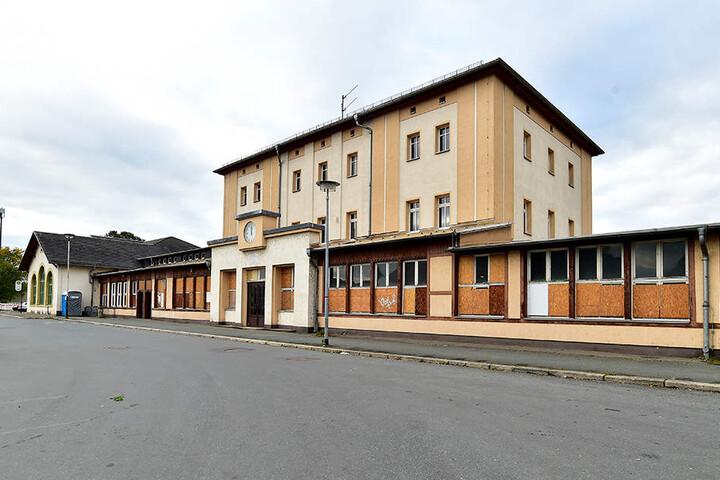 Steht seit zehn Jahren leer und verkommt immer mehr: Das Bahnhofsgebäude in Werdau.
