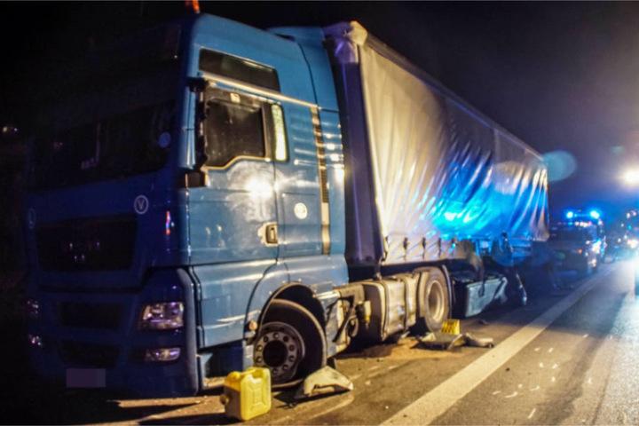 Gegen diesen Truck knallte der Sattelzug, ehe er umkippte. Der 29-Jährige Fahrer schlief im Inneren, blieb unverletzt.