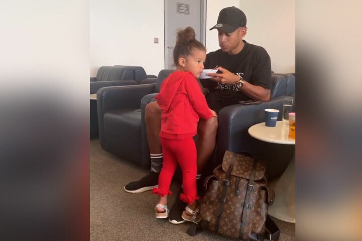 Am Stuttgarter Flughafen: Papa Dennis mit Töchterchen Payten.