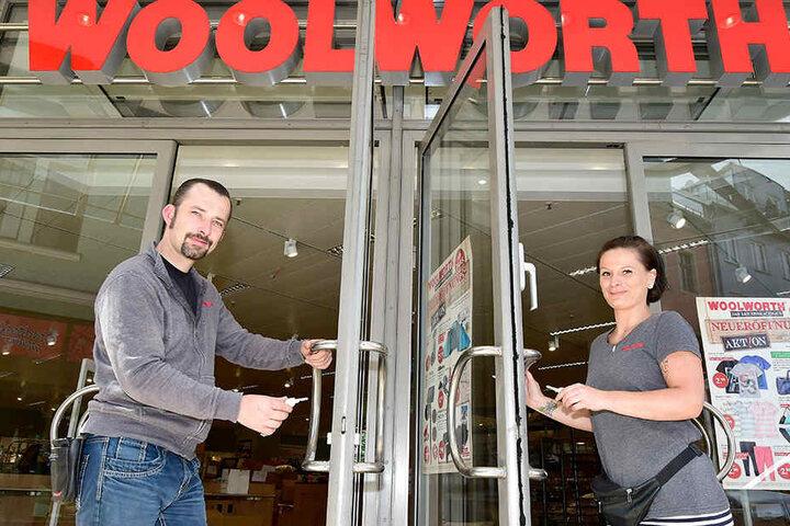 Die Kaufhauskette Woolworth - hier Filialleiter Stefan Peterhänsel und Sarah Richter - öffnet ihre Filiale.
