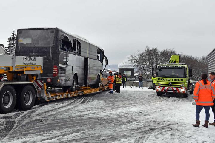 Der Bus wurde nach dem Unfall abgeschleppt.